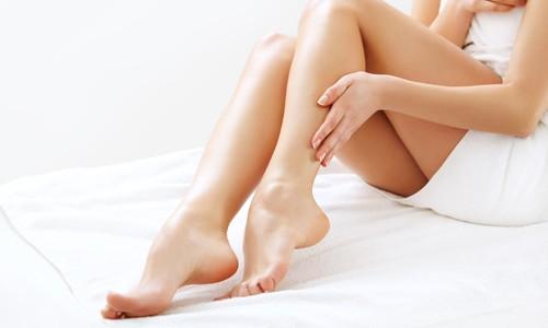 Флебит нижних конечностей представляет собой воспаление венозных стенок. Чаще всего такая проблема является последствием варикоза