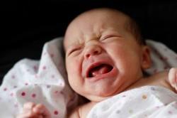 Долгий плач и вздутие животика - возможный симптом пупочной грыжи