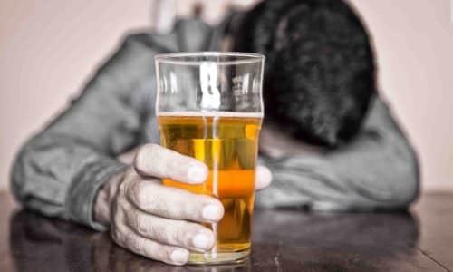 Хроническим алкогольным панкреатитом страдают, как правило, люди, постоянно употребляющие соответствующие напитки