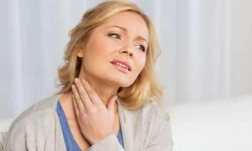 Характерные симптомы заболевания - болезненные ощущения в шее спереди, усиление болевого синдрома при поворотах головы, в процессе глотания, кашля
