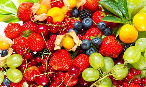 Раздражать слизистую могут и большинство ягод и фруктов, поэтому употреблять их нужно в ограниченном количестве