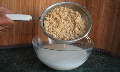 Чтобы получить овсяное молочко нужно сварить кашицу из крупы с шелухой и процедить ее через сито