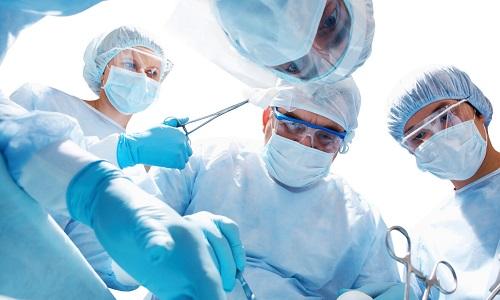 На первом этапе лечения папиллярного рака щитовидной железы проводится операция