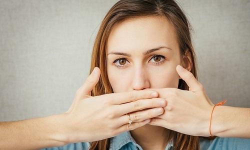 Когда обострение хронического холецистита связано с нарушениями в работе желудка, появляются частые отрыжки и горький привкус во рту
