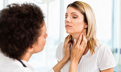 При появлении проблем с щитовидной железой требуется обращение к профильному врачу