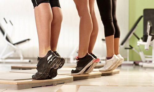 Среди существующих сегодня методов избавления от варикозного расширения вен выделяется лечебная гимнастика, так как выполнять ее может каждый человек