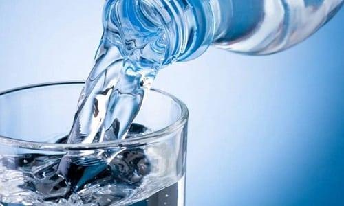 После оперативного лечения пациент не должен есть в течение суток. Разрешается понемногу пить чистую воду