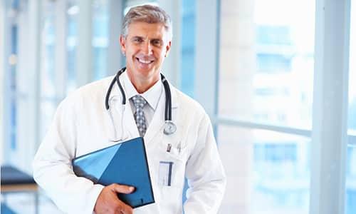 При появлении первых признаков ущемления грыжи нужно вызвать врача