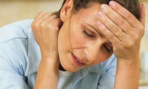 Больные могут предъявлять жалобы на повышенную потливость, учащение сердцебиения, повышенную раздражительность, слабость, боль в костях